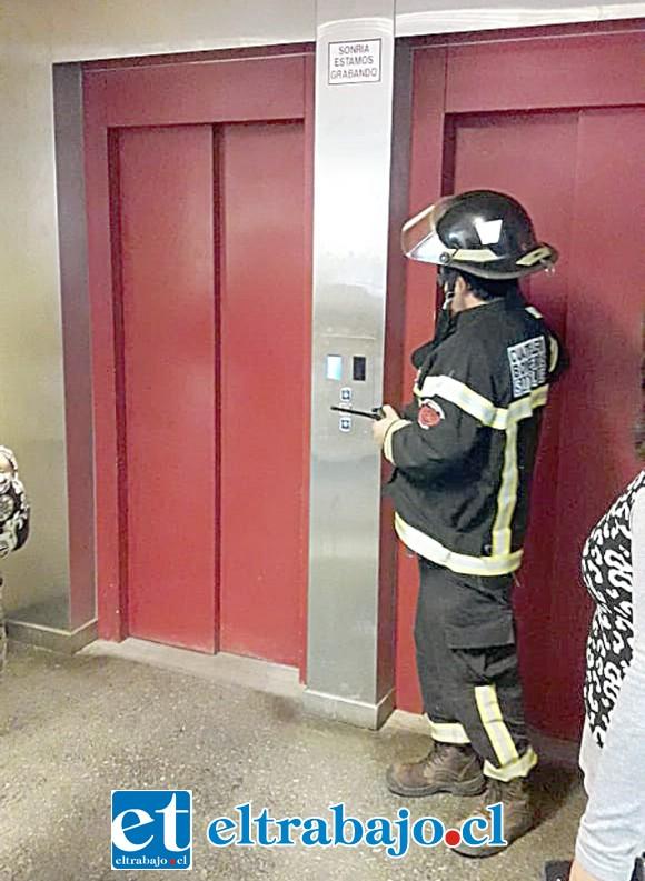 Un bombero revisando el ascensor.
