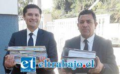 Benjamín Santibáñez Contreras (derecha) junto a su ayudante con los archivos de la investigación.