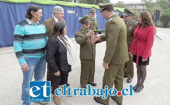 El mayor de Carabineros Mauricio Guzmán Yuri reconociendo al nuevo Carabineros alumno honorario: Cristian León Páez.
