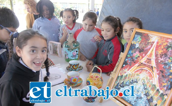 TREMENDA EXPOSICIÓN.- Magia, textura y color son lo que hubo ayer todo el día para el disfrute de los 370 estudiantes de la Escuela José Manso de Velasco.
