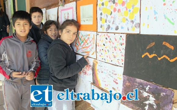 PEQUEÑOS ARTISTAS.- Estos pequeñitos muestran a Diario El Trabajo su trabajo escolar para esta Semana de la Educación Artística.
