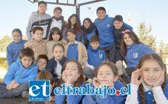 LOS ANFITRIONES.- Aquí tenemos a los actores de la Escuela Artística El Tambo, posando alegremente para las cámaras de Diario El Trabajo.