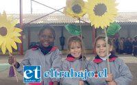 CON SUS PROPIAS MANOS.- Estas pequeñitas muestran a Diario El Trabajo cada una el girasol que hizo para esta original iniciativa.
