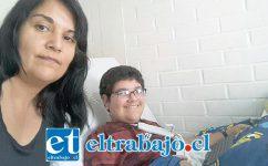 Leonel junto a su madre, Alejandra Prado.