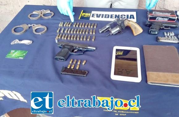 Armas de fuego, municiones y hasta un par de esposas con las cuales incluso se hicieron pasar por funcionarios policiales.