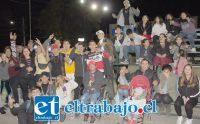 CHOQUE DE ESTILOS MUSICALES.- Decenas de jóvenes aplaudieron a sus artistas urbanos la noche de este sábado en la Plaza Cívica de San Felipe.