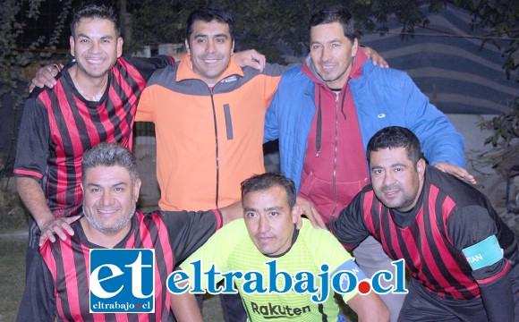 ELLOS AL FRENTE.- El directorio del Club Súper 4 posa para las cámaras de Diario El Trabajo, en la cancha del club.