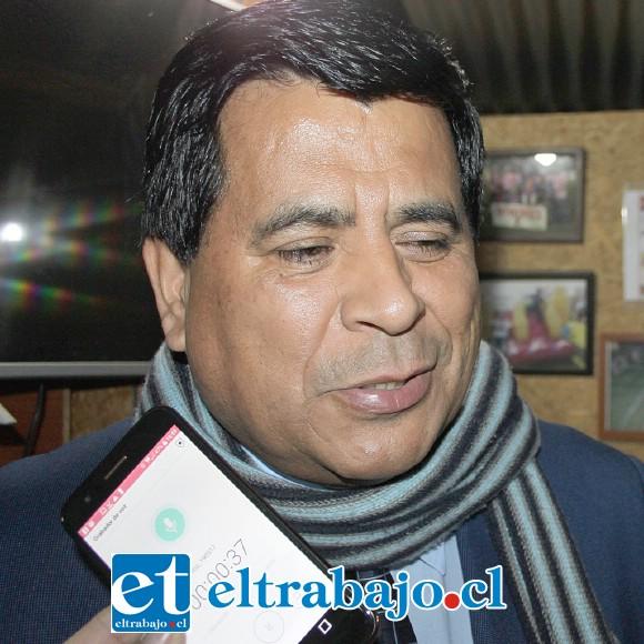 Claudio Zurita, alcalde de Santa María y también hincha de este nuevo deporte.
