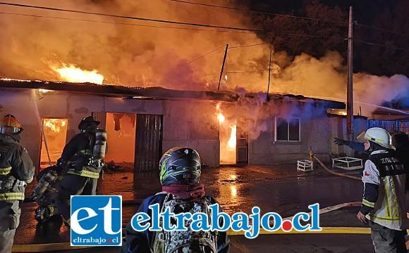 HORROR.- El incendio fue de gran intensidad, un balón de gas también explotó, agravando la situación.