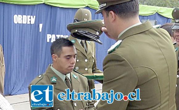 El Comisario de Carabineros haciendo entrega oficialmente de la gorra institucional al alumno.