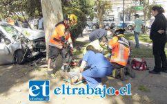 Una mujer identificada como Andrea del Carmen Arias González, de 36 años de edad, falleció debido a la gravedad de las lesiones sufridas luego que su hijo, de 22 años de edad, perdiera el control del automóvil Hyundai Accent que conducía la tarde del martes pasado, a eso de las 13:40 horas, estrellándose contra un enrome árbol en Av. Argentina. El joven conductor lo hacía sin su respectiva licencia por lo que fue detenido por cuasi delito de homicidio.