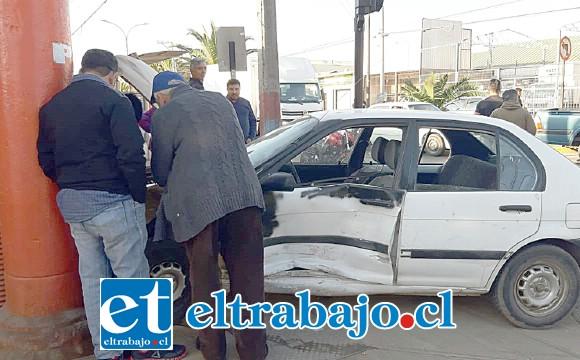El vehículo terminó chocando contra un local de repuestos para automóviles ubicado en la esquina de dicha arteria.