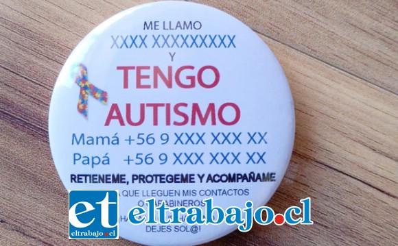 Esta es la 'Chapita identificadora' que llevan los niños con autismo.