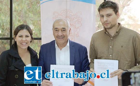 Macarena Vargas, encargada oficina de Turismo, junto al alcalde Patricio Freire Canto y el director sanfelipeño Bernardo Quesney.