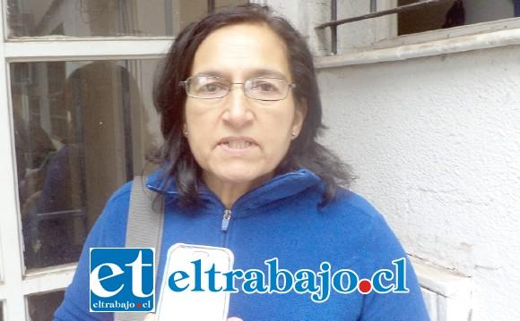 Mónica González se mostró molesta con la empresa que al no realizar el viaje por el cual ella pagó, perdió la combinación con otro bus en que su hijo viajaría al sur.