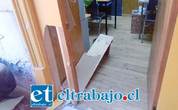 En la imagen se pueden apreciar algunos daños en la puerta de la oficina de la encargada.