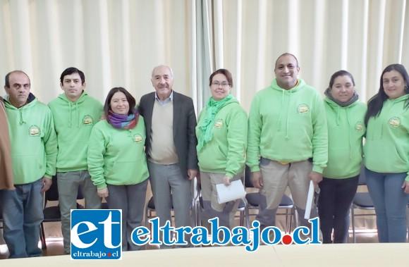 Integrantes de la agrupación independiente de transporte escolar junto al alcalde Patricio Freire y concejal Mario Villanueva.