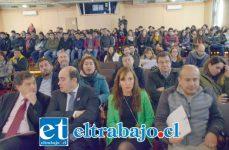 MUCHO INTERÉS.- Cientos de personas del Valle de Aconcagua, estudiantes y empresarios se dieron cita para escuchar a los expertos.