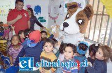 APRENDEN JUGANDO.- Aquí tenemos al perro 'Chocolo' jugando con los niños del Jardín Infantil Rincón de los Angelitos.