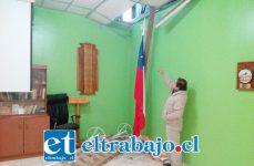 Julio Silva Calderón nos muestra el forado por dónde ingresó el o los delincuentes.