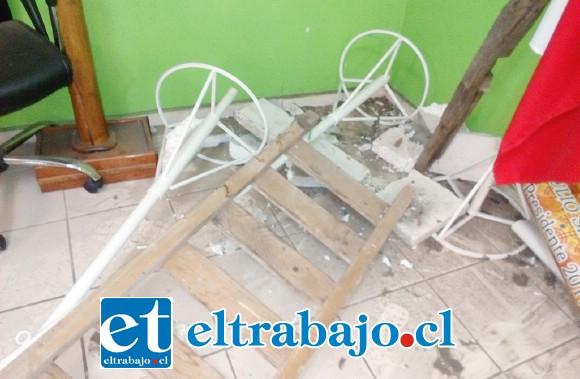 El delincuente colocó una escalera para alcanzar el techo, romper el cielo e ingresar a robar.