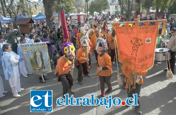 LA FIESTA GRANDE.- Mucho fervor religioso es el que se vivirá este domingo en El Almendral, cuando desfilen en sus calles decenas de bailes chinos.