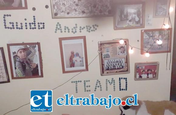 Cynthia López nos muestra los muros de su casa que están tapizados con las fotografías de su hijo desde que nació hasta sus 17 años de edad.