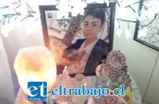 Luces que nunca se apagan adornan un pequeño altar donde vivió Guido junto a su madre y su abuela en el Barrio Miraflores de San Felipe.