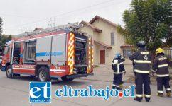 BOMBEROS AL LUGAR.- Unidades de la Segunda Compañía de Bomberos de San Felipe llegaron para confirmar que el incendio ya había sido controlado por la vecina.
