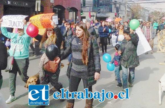 Apoderados también se unieron a profesores, alumnos y auxiliares para manifestarse, conformando una columna importante de personas.