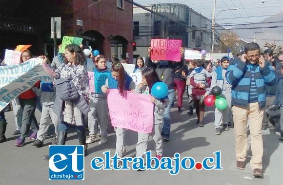 La comunidad educativa del Colegio Buen Pastor salió a la calle a marchar por el centro de San Felipe, para expresar su preocupación y exigir respuestas claras respecto al futuro del colegio.
