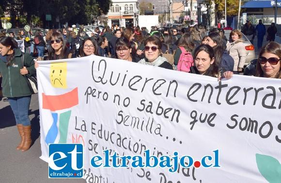 TEMEN POR SUS TRABAJOS.- Con grandes pancartas y lienzos con enérgicos mensajes, los trabajadores de la educación se pronunciaron con claridad en San Felipe.