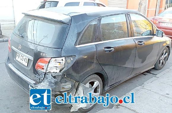 Daños en su parte trasera costado derecho sufrió el Mercedes Benz que aparece en la foto.