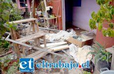 TREMENDA ENERGÍA.- Puertas y ventanales quedaron en el patio tras la explosión de la estufa. Doña Virginia en el piso al interior de su habitación.