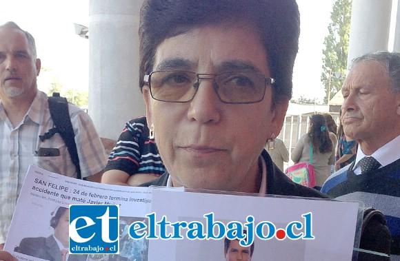 En la foto de archivo, Nancy Delgado sosteniendo una foto de su hijo Javier al término del juicio contra el conductor del otro automóvil que chocó al querido relator deportivo y le arrebató la vida.