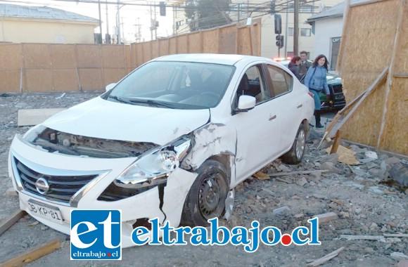 Acá vemos el otro vehículo, en este caso el Nissan que terminó al interior del terreno donde construyen estacionamientos.