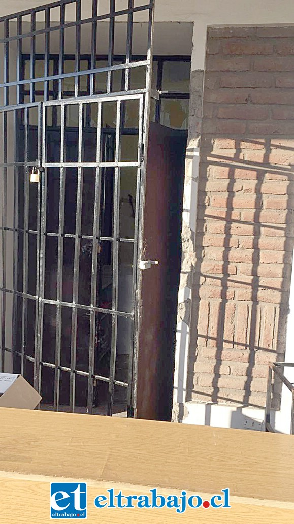 Este es el portón que fue forzado por los desconocidos que ingresaron al Comedor Solidario.