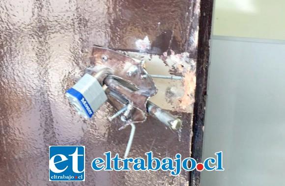 El candado de la puerta fue violentado, permitiendo el acceso de los delincuentes.