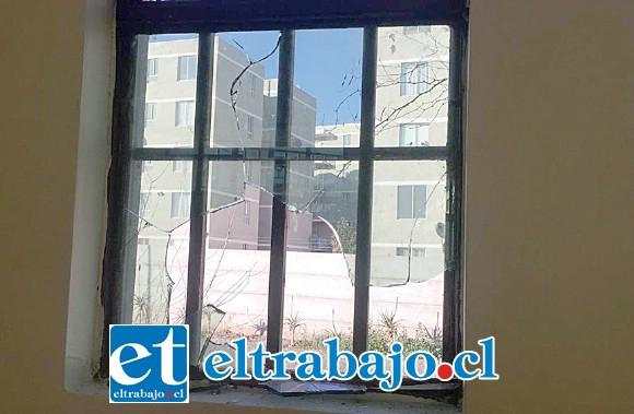 Los delincuentes rompieron los vidrios,  causando un daño totalmente innecesario ya que para ingresar forzaron la entrada.