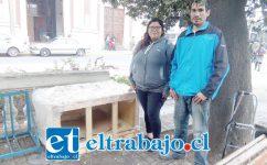 Romina Silva junto a su esposo junto a la casita que fabricaron y que está ubicada en la plaza de armas.