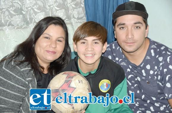 LE TIENEN FE.- Aquí lo vemos con sus padres Rosario Pavez e Iván Quintanilla, quienes siempre lo apoyan en todo.