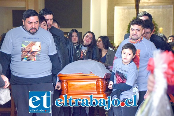 AMARGO ADIÓS- Profunda tristeza siguen experimentando los amigos y familiares de Scarlett Fernández, la que quedó registrada en esta gráfica de Diario El Trabajo.