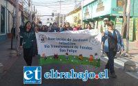 Las educadoras de párvulos marcharon por varias avenidas de nuestra ciudad, aquí las vemos en Calle Prat.