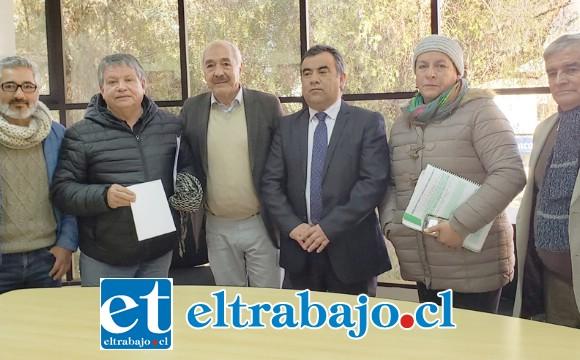 El alcalde Patricio Freire junto a dirigentes de los profesores y concejales dieron a conocer la buena noticia.