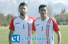 David Fernández y Ángel Vildozo lucen las camisetas que ayer salieron a la venta al público.