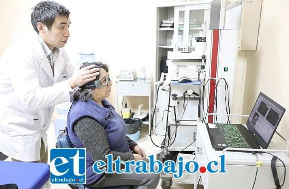 La usuaria Flavia Riquelme, proveniente de la comuna de San Esteban, sufre de vértigo y fue una de las primeras beneficiadas con este examen.