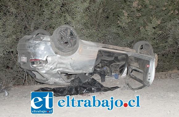 El automóvil marca Audi terminó volcado de campana, arrebatando la vida de la joven en el mismo lugar de los hechos.