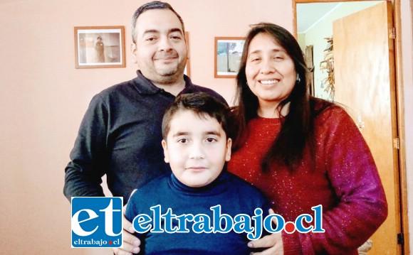 Andrea Quijanes junto a su esposo Sergio Lobos Soto y su hijo Bruno Lobos Quijanes.