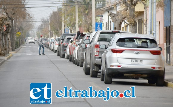 COSA DEL PASADO.- Esta es Calle San Martín, a partir del viernes en la noche cambiará de sentido la dirección del tránsito, y estos autos no podrán estacionar más en la vía.