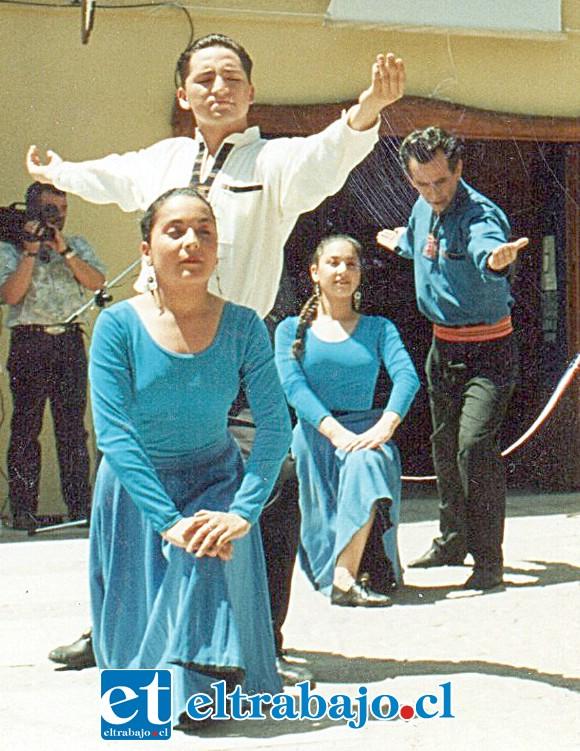 FUE BAILARÍN.- Así lucía Carlos Calderón en sus años mozos, cuando se mostraba como gran bailarín.